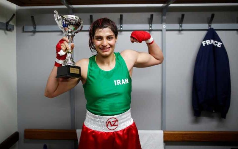 La prima donna iraniana a vincere un incontro di boxe non può rientrare nel suo Paese
