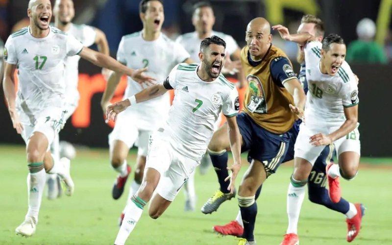 Coppa d'Africa: magica punizione al 95′ di Mahrez regala la finale all'Algeria contro il Senegal
