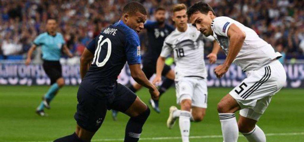 Giocatori della Francia e della Germania in azione